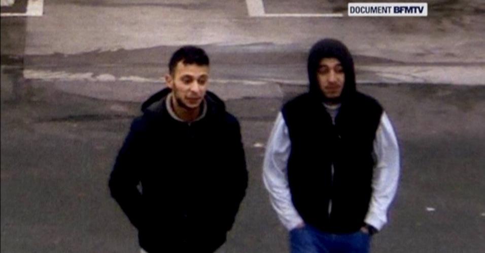 11.jan.2016 - Salah Abdeslam e seu suposto cúmplice, Hamza Attou, são vistos próximo a posto de gasolina em uma estrada entre Paris e Bruxelas, em Trith-Saint-Leger, na França; imagem é de 14 de novembro de 2015