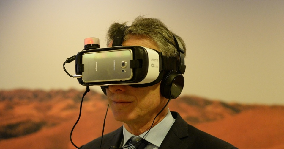 22.jan.2016 -  O presidente argentino, Mauricio Macri, testou um óculos de realidade virtual durante o Fórum Econômico Mundial de Davos, na Suíça. Mais de 40 chefes de Estado e de governo e empresários dos mais diversos setores estão reunidos para debater temas econômicos e sociais
