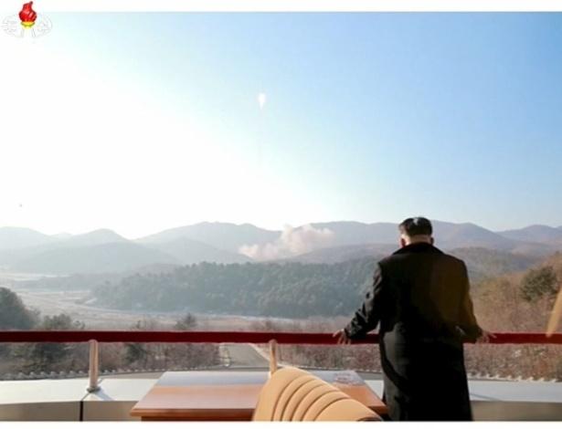 Cartaz com foto do líder norte-coreano, Kim Jong-un, é incendiado durante protesto em Seul, na Coreia do Sul