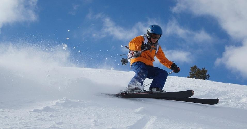 22.fev.2016 - Um jovem esquia na neve fresca na Powder Mountain, em Utah, considerado o maior campo de esqui dos EUA