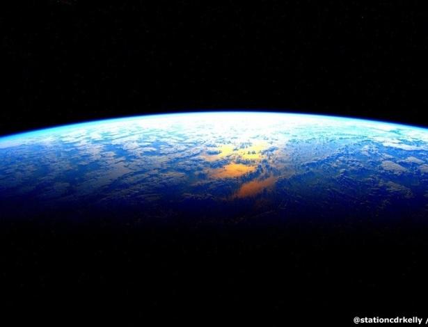 """Não surpreende que, na última noite de Scott, ele tenha postado uma foto da Terra. """"Contagem regressiva. Terra: estou chegando amanhã"""", escreveu"""