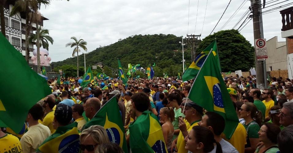 13.msr.2016 - Manifestantes protestam contra o governo Dilma Rousseff em Blumenau (SC). A imagem foi enviada pelo internauta José Campestrini para o WhatsApp do UOL Notícias - (11) 95520 5752