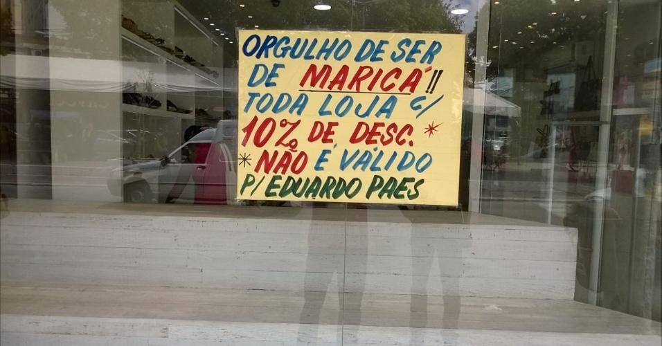 17.mar.2016 - Cartaz colado em vidro de loja em Maricá (RJ) mostra indignação contra prefeito do Rio de Janeiro, Eduardo Paes, que chamou a cidade fluminense de