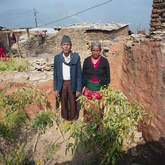 """25.abr.2016 - Bal e Phul Sunar são de Jymarung, em Dhading. """"Somos dalits (uma casta baixa), então não ficamos com o resto da comunidade. Em vez disso, fizemos abrigos temporários em um campo próximo, usando materiais das casas destruídas. Depois, recebemos telhados de zinco de um homem de uma casta mais alta. Ele deu quatro telhas para cada família dalit daqui. Ele sabe que somos muito pobres e não temos renda. Outro homem de casta alta da vizinhança nos deu arroz, alho e sal - isso foi uma grande ajuda na época."""""""