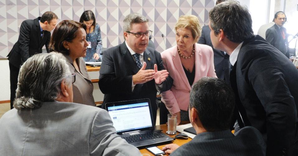 27.abr.2016 - Antonio Anastasia (PSDB-MG), relator da comissão especial do impeachment, conversa com outros senadores antes do início da sessão, que avalia o processo de afastamento da presidente Dilma Rousseff