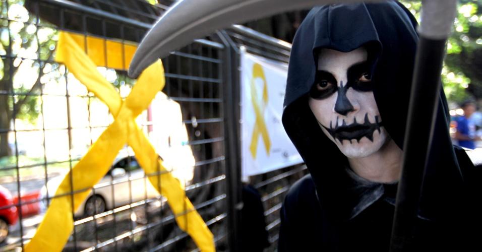 5.mai.2016 - Homem se veste de morte para participar de uma ação da campanha Maio Amarelo, que visa conscientizar motoristas e pedestres sobre a importância de um trânsito seguro, em Belo Horizonte, Minas Gerais