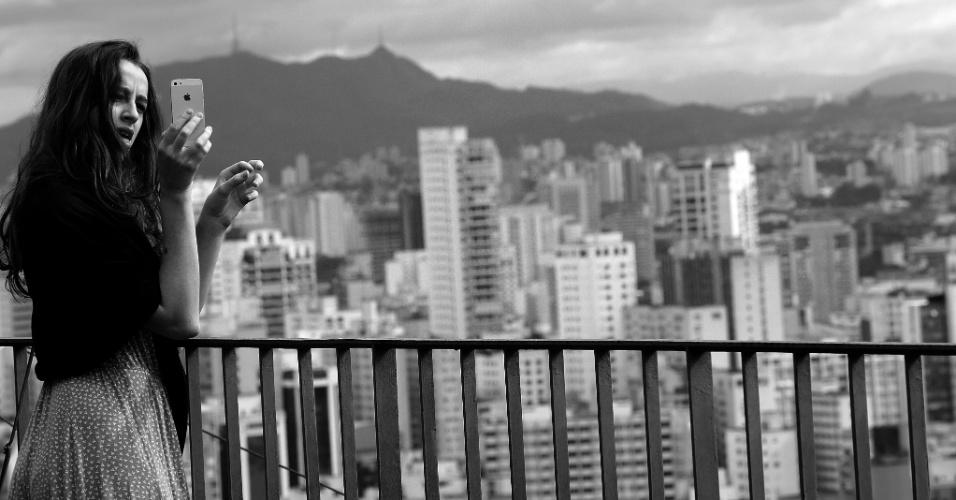 """24.mai.2016 - Fernanda Cunha, 20, faz selfie durante estadia no edifício Copan. A auxiliar administrativa catarinense se hospedou uma noite no local com o namorado, o engenheiro Marcos Marx, 24. """"Eu gosto muito da arquitetura do prédio e queríamos (o namorado e ela) sentir fisicamente a história (do Copan)"""", diz"""