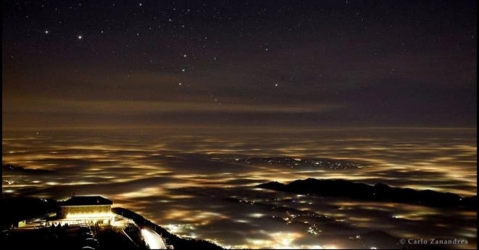 """28.jun.2016 - Em segundo lugar na categoria Luz ficou Carlo Zanandrea, com a foto """"Nem Tudo o que Reluz é Ouro"""", que mostra a constelação de Órion sobre a névoa cobrindo a província de Treviso, no nordeste da Itália."""