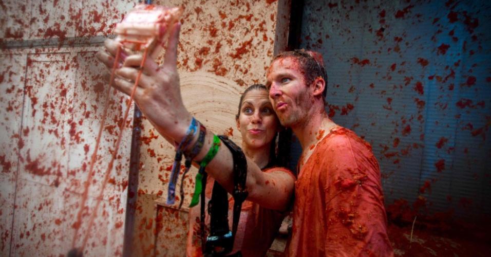 31.ago.2016 - Casal sujo com molho de tomate tira selfie durante a Tomatina, em Buñol, Espanha