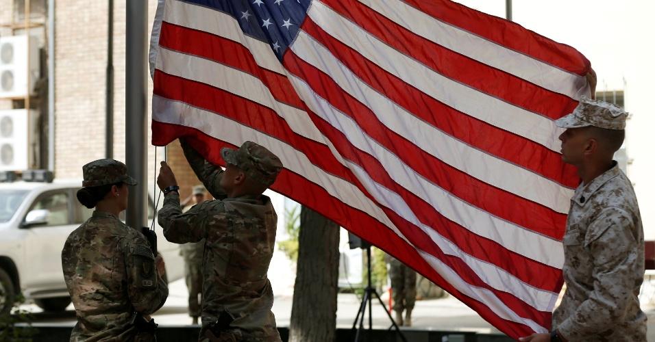 11.set.2016 - Soldados dos Estados Unidos hasteiam bandeira do país durante cerimônia que relembra o 15º ano dos ataques terroristas de 11 de setembro, em Cabul, no Afeganistão. Os atentados cometidos pela Al-Qaeda deixaram 2.753 mortos em Nova York, 184 no Pentágono e 40 na Pensilvânia