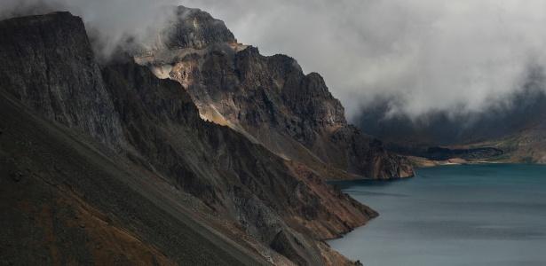 A montanha, conhecida como Baekdusan, em coreano, e Changbaishan, em chinês, e o lago de cratera de 10 quilômetros quadrados, chamado Cheonji, em coreano, e Tianchi, em chinês