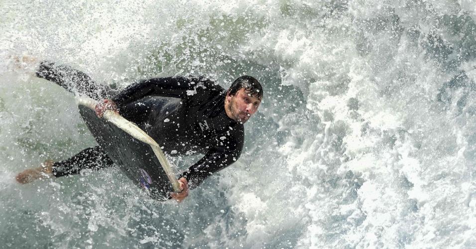 23.out.2016 - Surfista compete em onda artificial em campeonato realizado em Santiago, no Chile. As ondas artificiais são criadas por bombeamento de milhares de litros de água contra uma parede. É possível controlar a altura das ondas