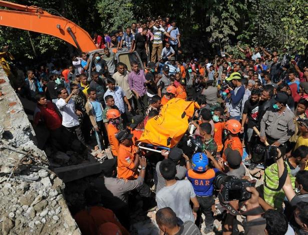 Equipes fazem resgate de corpo retirado em meio a escombros após terremoto
