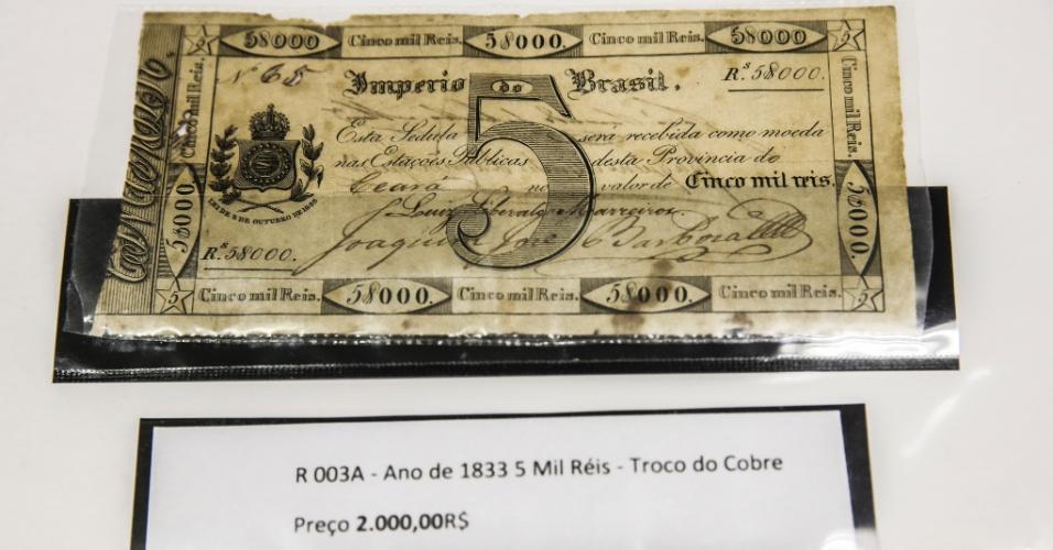 A nota de cinco mil réis de 1833 faz parte da primeira série de cédulas a circularem no Brasil e substitui as moedas de cobre. A nota é vendida por R$ 2.000