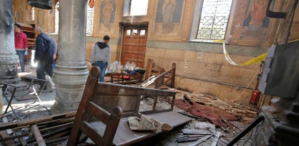 Agentes de segurança egípcia e investigadores inspecionam local de atentado dentro da catedral copta do Cairo, no Egito
