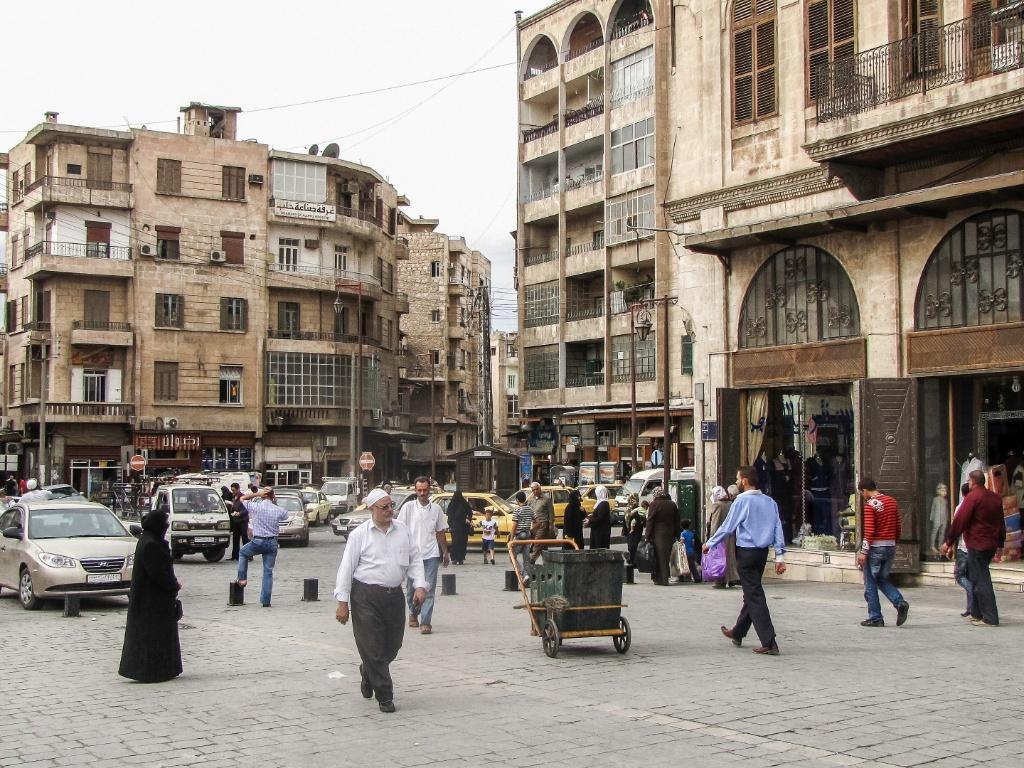 Pessoas nas ruas de comércio próximo à Mesquita Umayyad, em Aleppo