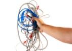 Criatividade e materiais acessíveis ajudam a organizar caos de fios e cabos (Foto: iStock)