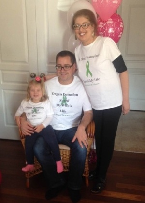 Melissa Benoit com marido Cris e a filha Olívia em seu aniversário de 33 anos, sete meses após a cirurgia