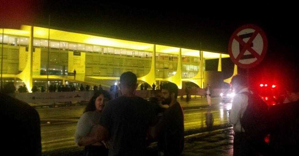 17.mai.2017 - Manifestantes protestam em frente ao Palácio do Planalto