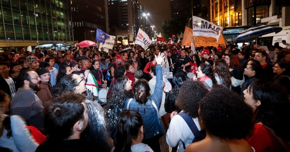 18.mai.2017 - Manifestantes se reúnem na avenida Paulista na altura da estação Consolação do metrô durante ato contra o presidente Michel Temer em São Paulo