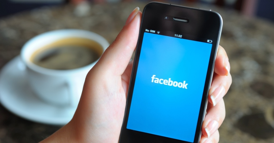 iPhone exibe app do Facebook abrindo; logo Facebook, smartphone