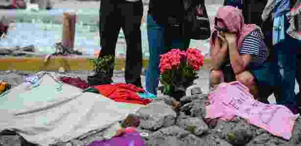 24.set.2017 - Pessoas participam de uma homenagem às costureiras que morreram no terremoto, na Cidade do México - Ronaldo Schemidt/AFP