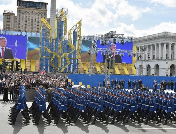 24.ago.2017 - Militares ucranianos marcham em parada militar em Kiev