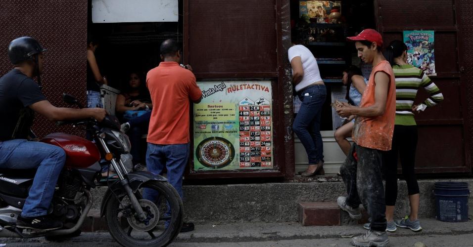 """Pessoas formam fila para apostar no jogo """"Los Animalitos"""", em Caracas"""