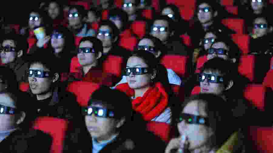 """17.janeiro.2010 - Espectadores chineses assistem a uma versão em 3D do filme """"Avatar""""  - AFP/Getty Images/NYT"""