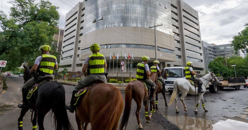 23.jan.2018 - Segurança se intensifica no entorno do TRF 4º Região, em Porto Alegre (RS), nesta terça- feira (23), onde acontecerá o julgamento em segunda instância do chamado processo do tríplex, que pode determinar a participação, ou não do ex-presidente, Luiz Inácio Lula da Silva (PT), nas eleições de 2018