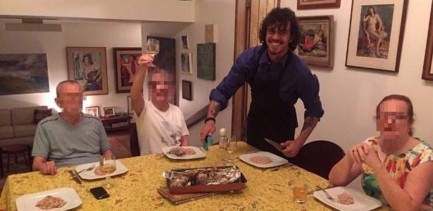 Gustavo Colombeck faz jantar para grupo de idosos no Rio de Janeiro durante passagem pelo Brasil  - Arquivo pessoal