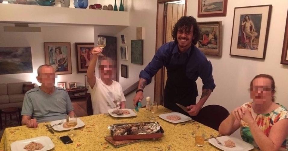 Gustavo Colombeck faz jantar para grupo de idosos no Rio de Janeiro durante passagem pelo Brasil