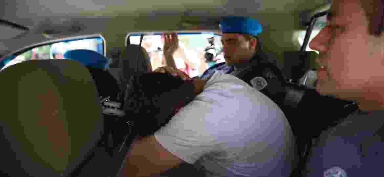 PM suspeito de crime é levado por homens da Corregedoria ao presídio militar Romão Gomes - Zanone Fraissat/Folhapress