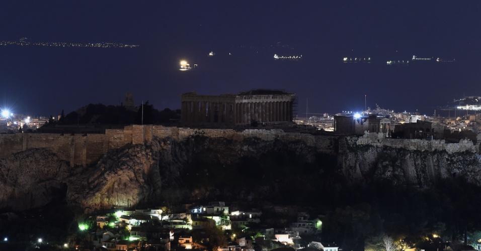 """O Partenon, em Atenas, fica às escuras durante a """"Hora do Planeta"""". Os organizadores apresentam esta manifestação como """"o maior movimento que vem da base"""" pela luta contra a mudança climática"""