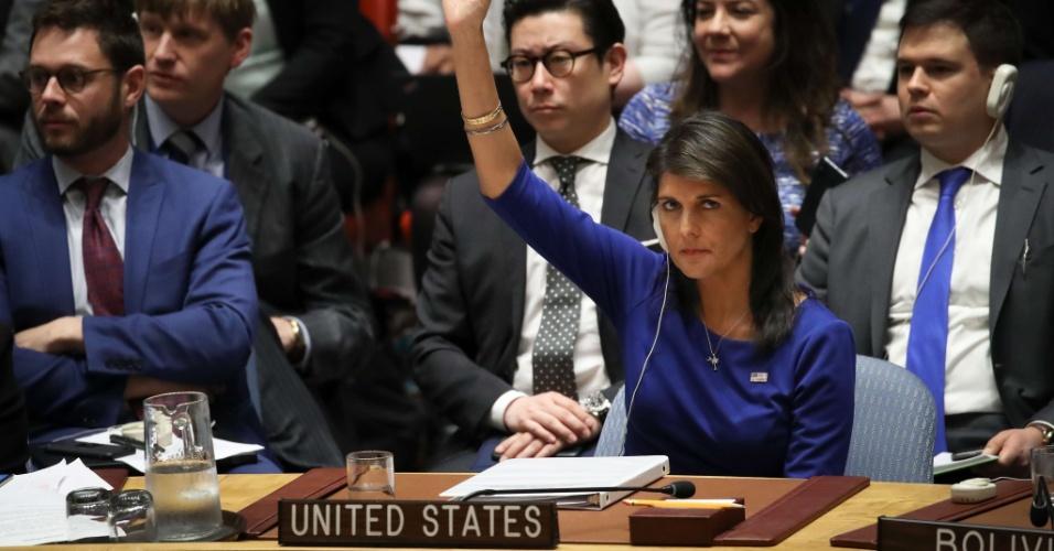 14.abr.2018 - A embaixadora dos Estados Unidos na ONU, Nikki Haley, veta a proposta russa para que o Comitê de Segurança emita declaração repudiando as agressões à Sìria feitas pelos EUA e seus aliados, neste sábado (14)