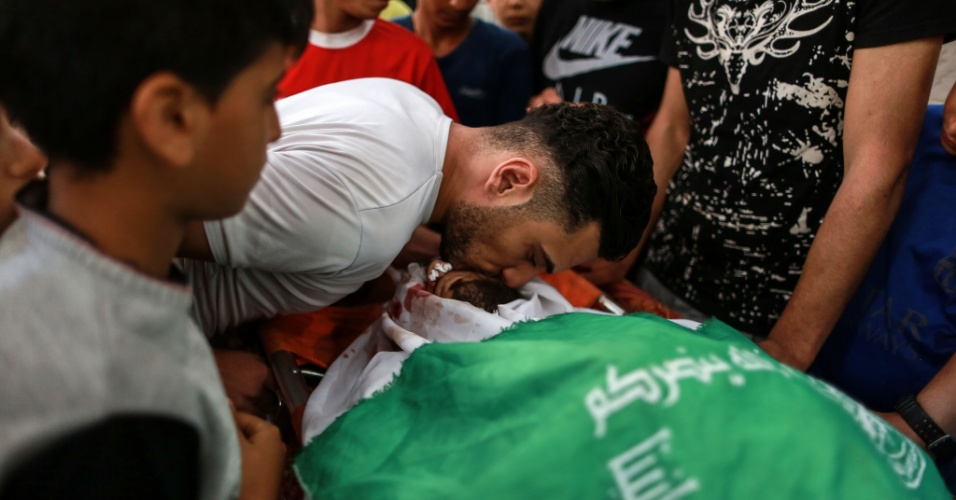 15.maio.2018 - Parentes se despedem de Yazen Tobasi, morto durante confronto com soldados israelenses na Faixa de Gaza
