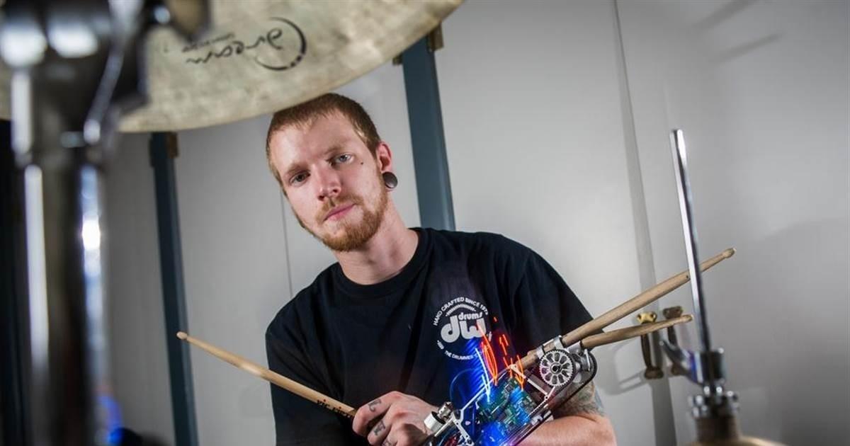 Braço robótico transforma jovem americano em baterista mais veloz do mundo