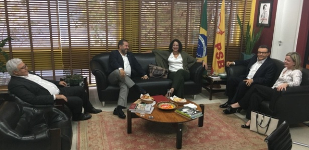 Da esq. para a dir.: Milton Coelho (secretário da executiva nacional do PSB) e os presidentes do PDT, Carlos Lupi; do PC do B, Luciana Santos; do PSB, Carlos Siqueira, e do PT, Gleisi Hoffmann, em reunião na sede do PSB em Brasília