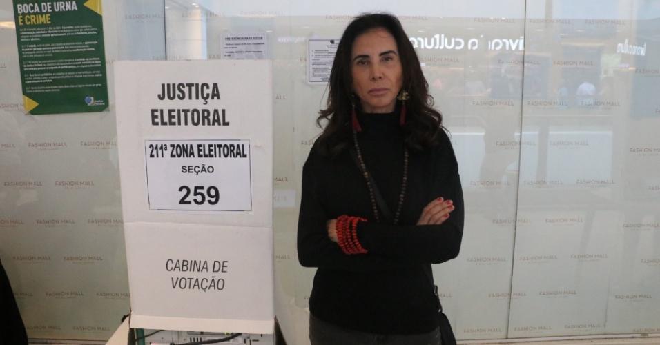 Vestida toda de preto, Claudia Alencar registra seu voto neste domingo (7)