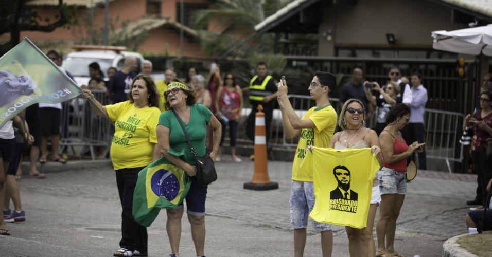 Manifestantes e apoiadores começam a se aglomerar em frente ao condomínio do candidato Jair Bolsonaro na Barra da Tijuca, zona oeste do Rio de Janeiro, na tarde deste sábado (27)