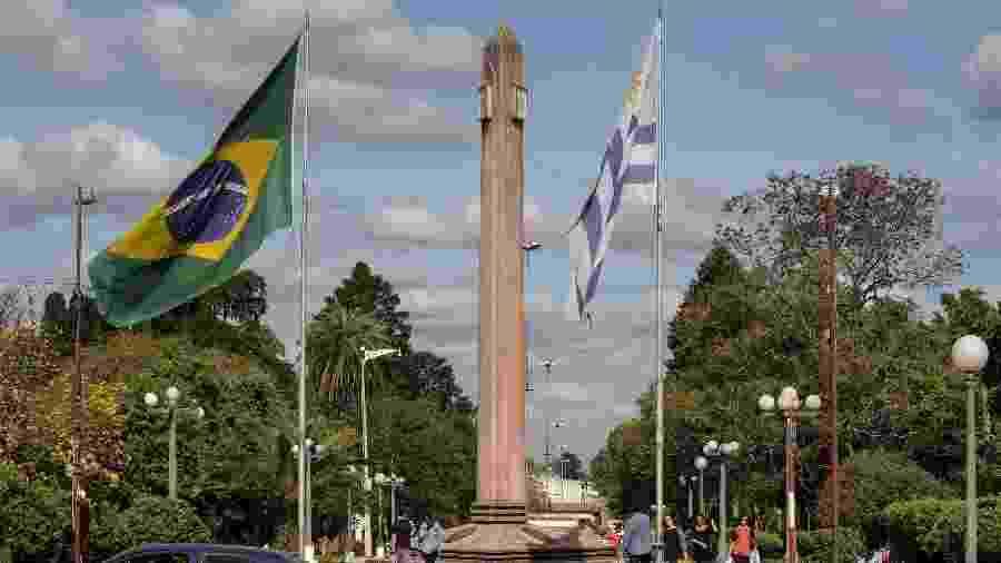 Obelisco marca a fronteira entre Livramento, no Brasil, e Rivera, Uruguai - MIGUEL ROJO/AFP
