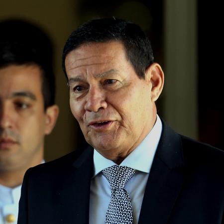 O presidente em exercício, general Hamilton Mourão, deixa o prédio da vice-presidência, em Brasília - Ernesto Rodrigues/Estadão Conteúdo