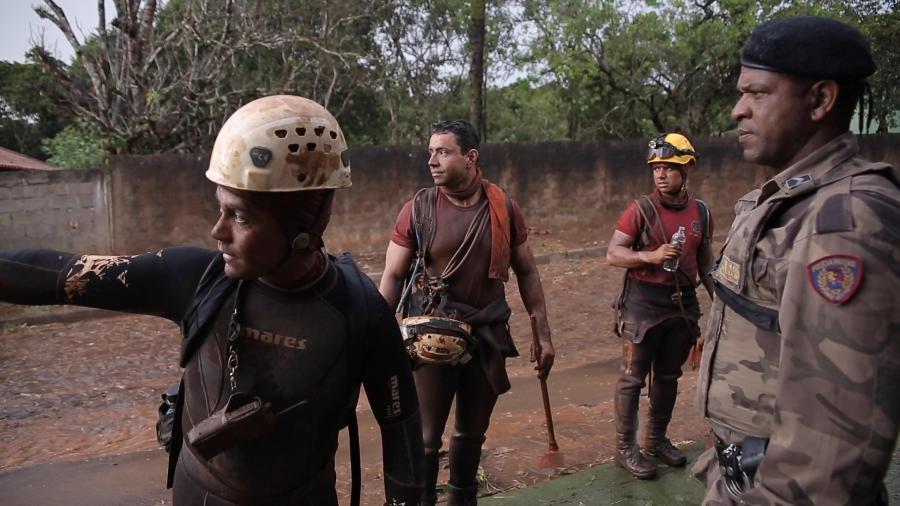 Bombeiros atuam durante buscas após rompimento de barragem da Vale em Brumadinho - Reprodução/TV UOL