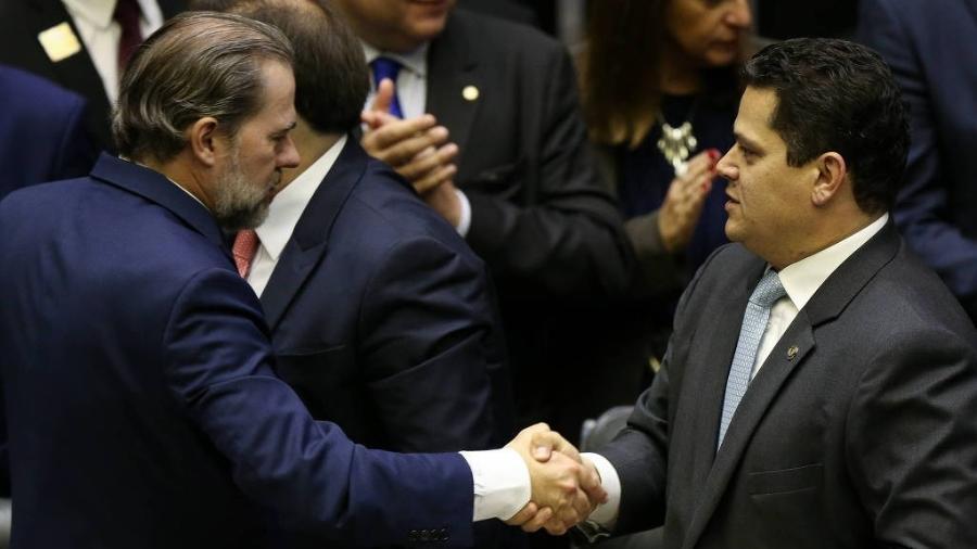 Os presidentes do STF, ministro Dias Toffoli, e do Congresso, senador Davi Alcolumbre (DEM-AP), se cumprimentam - Pedro Ladeira - 4.fev.2019/Folhapress