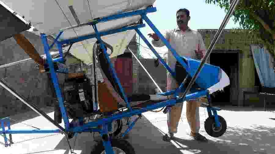 Muhammad Fayyaz mostra o avião que construiu de forma artesanal em Tabur, no Paquistão - Arif Ali/AFP