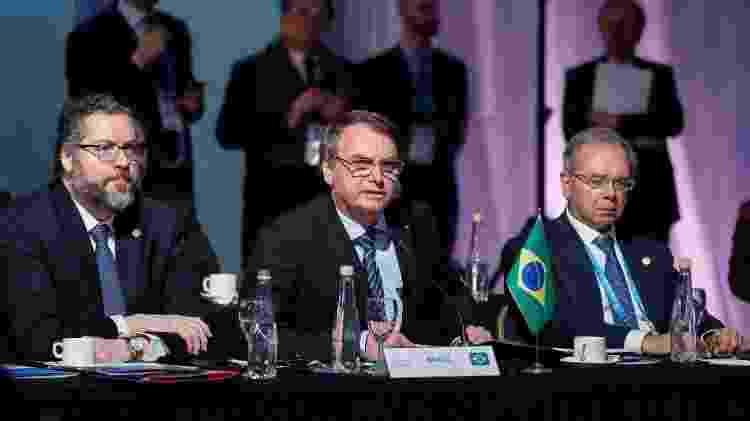 O presidente Jair Bolsonaro (ao centro), com os ministros Ernesto Araújo (à esq.), das Relações Exteriores, e Paulo Guedes, da Economia, durante a cúpula do Mercosul - Alan Santos/PR