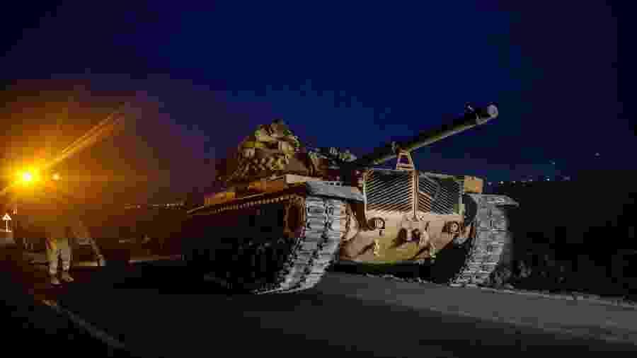 Tanques de guerra turcos circulam na fronteira com a Síria - Bulent Kilic/AFP