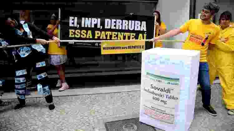 21.ago.2018 - Ativistas protestam em frente à sede do INPI contra a patente do sofosbuvir  - Agência Brasil