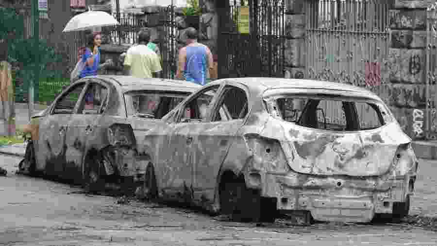 Veículos ficaram destruídos pelo fogo - José Lucena/Futura Press/Estadão Conteúdo