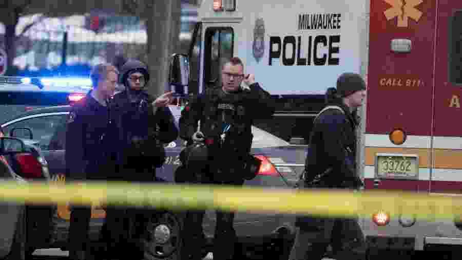 Policias de Milwaukee atendem a incidente na sede da cervejaria Molson Coors, palco de um ataque a tiros - Mark Hoffman/Milwaukee Journal Sentinel/USA Today Network via Reuters